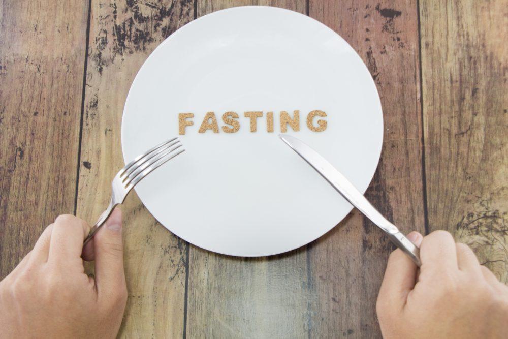 お皿に並べられたファスティングの文字