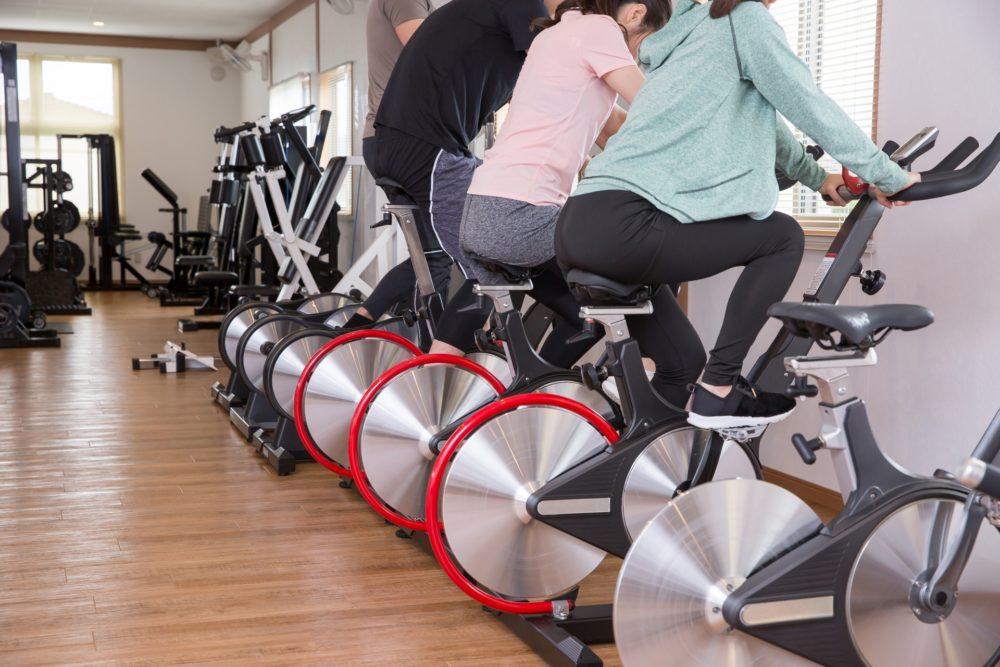 サイクリングマシンに乗る男女