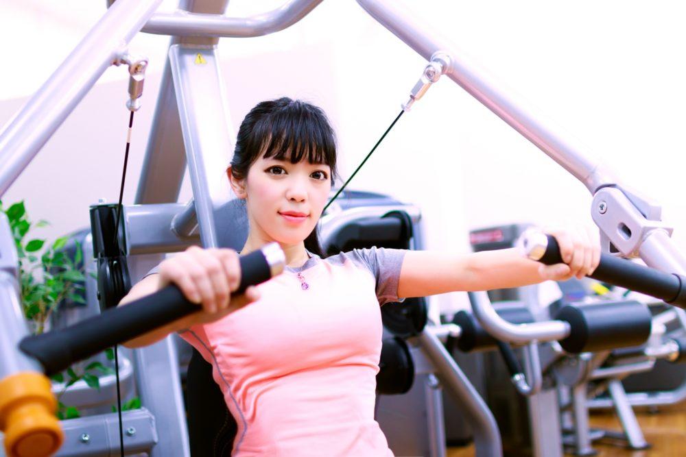 トレーニングマシンを使う若い女性
